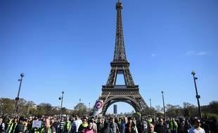 """Manifestation de """"gilets jaunes"""" devant la tour Eiffel à Paris."""