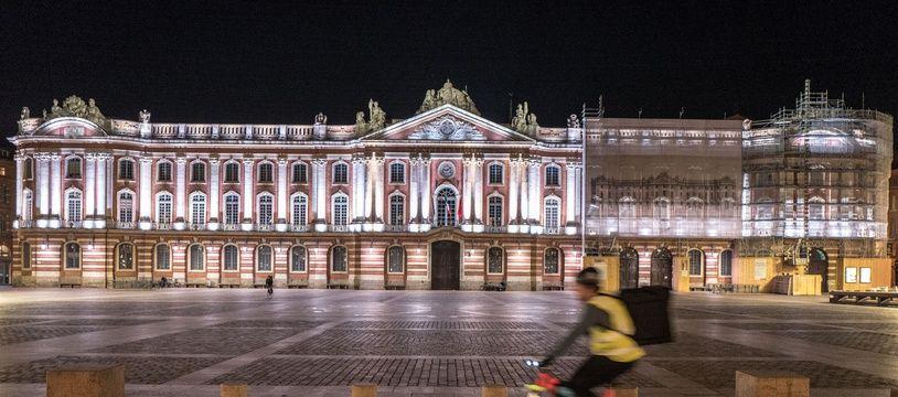 La place du Capitole à Toulouse, un soir de confinement. Illustration.