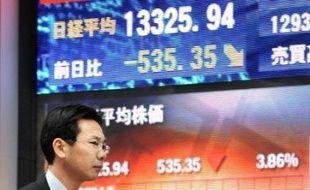 La crise boursière s'est amplifiée lundi sur toutes les places mondiales dans la crainte de nouvelles pertes gigantesques pour le secteur financier et sous l'effet de la déception suscitée par le plan de relance annoncé par George W. Bush