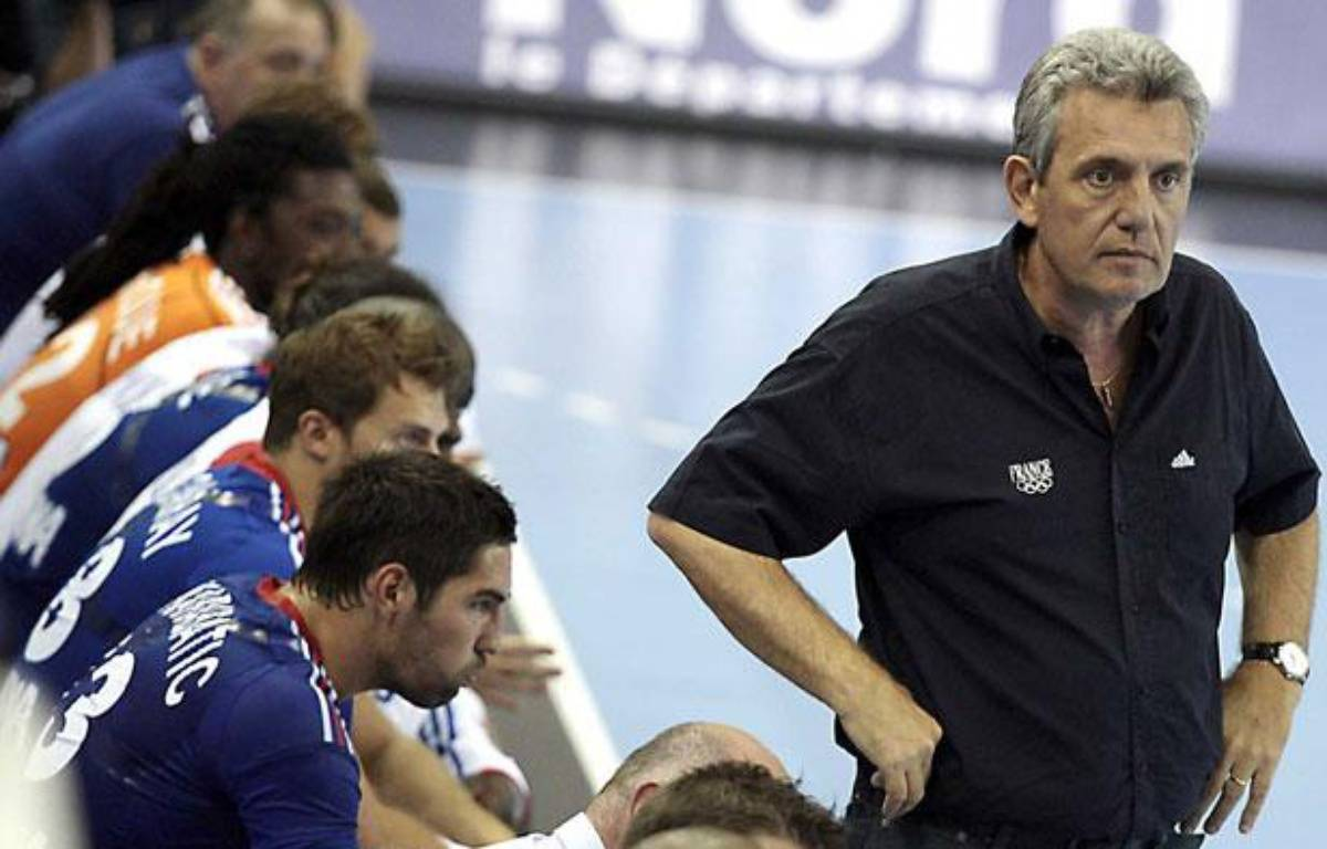Le sélectionneur de l'équipe de France de handball, Claude Onesta (à dr.) devant ses joueurs lors d'un match de préparation aux Jeux de Londres, le 22 juillet 2012 à Dunkerque. – sipa