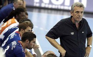 Le sélectionneur de l'équipe de France de handball, Claude Onesta (à dr.) devant ses joueurs lors d'un match de préparation aux Jeux de Londres, le 22 juillet 2012 à Dunkerque.