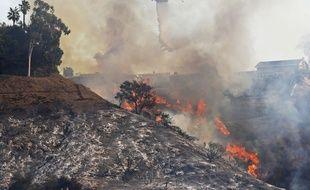 Un hélicoptère des pompiers du comté de Los Angeles lutte contre les flammes, le 6 décembre 2017.
