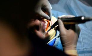Un adolescent bénéficie d'un soin dentaire, le 4 décembre 2015 à Paris