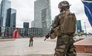 Des militaires de l'opération Sentinelle dans la zone des 4 temps, à La Defense, le 30/06/2020.