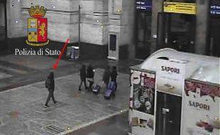 Sur ce cliché, Anis Amri est entièrement habillé denoir et semble se diriger vers la sortie de la gare.