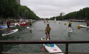 Des Parisiens se sont donnés rendez-vous dimanche au bassin de la Villette pour s'y baigner. (Photo illustration).