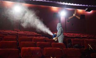 Désinfection d'une salle de cinéma en Inde (illustration)