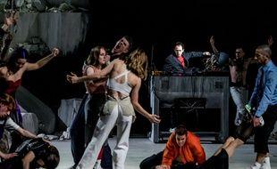 Rone et la troupe du ballet national de Marseille sur la scène du Théâtre du Chatelet, à Paris.