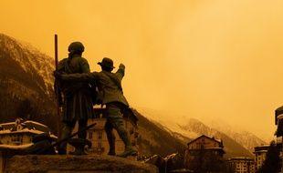 Cette photo a été prise dans la vallée de Chamonix, au Mont Blanc.  L air est charge de poussieres de sable remontant du Sahara. Samedi 6 fevrier 2021, Vallee de Chamonix, Haute Savoie. Photographie de Jeanne Accorsini/ Sipa Press