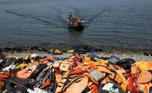 Des migrants arrivent sur les côtes de l'île grecque de Lesbos, le 10 septembre 2015