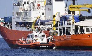 Un bateau des gardes-côtes italiens accoste l'Aquarius, le 12 juin 2018.