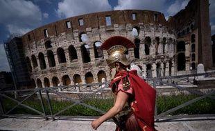 Un homme déguisé en centurion marche devant le Colisée le 19 avril 2015