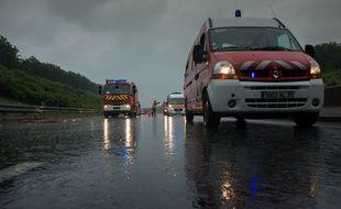 Illustration d'équipes du SAMU et de pompiers sur l'autoroute.