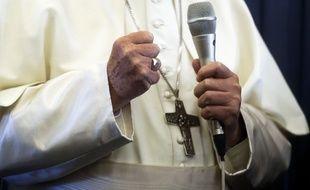 Le pape François lors de son retour d'Irlande en avion, le 26 août 2018.