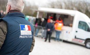Illustration d'une distribution officielle de repas aux migrants, à Calais.
