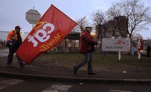 Les deux hauts fourneaux de Florange (Moselle) vont rester encore à l'arrêt pendant les six prochains mois, une décision qui relance les inquiétudes sur l'avenir du site lorrain, dont le redémarrage est conditionné par ArcelorMittal à une reprise économique en Europe.