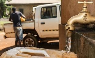 Un point de distribution d'eau au Cameroun. Dans la partie