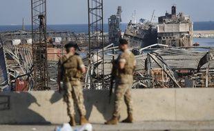 Des soldats devant le port, détruit par deux explosions mardi en plein cœur de Beyrouth, au Liban.