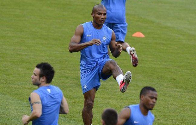 Florent Malouda, au centre, lors d'un entraînement avec l'équipe de France, le 10 juin 2012.