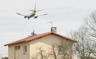 Les riverains de l'aéroport de Toulouse-Blagnac subissent des nuisances sonores liées au trafic aérien.