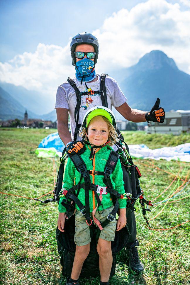 Marceau (8 ans) s'est régalé pour sa première dans les airs auprès d'un champion de parapente participant bénévolement à Nos Etoiles Volantes.