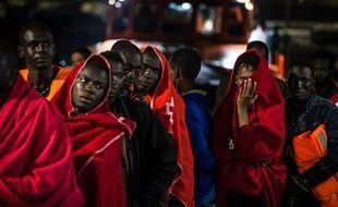 Des migrants qui attendent de recevoir les premiers secours et des vêtements, ici en Espagne au port de Grenade.