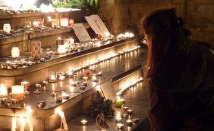 Le 15 novembre 2015, à Lyon. Ce dimanche soir, des dizaines de personnes se sont encore succédé place des Terreaux pour allumer des bougies en mémoire des victimes des attentats de Paris.