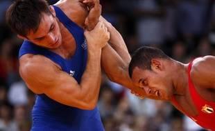 Le lutteur français Steeve Guénot (à g.) lors de sa place de troisième aux Jeux olympiques contre le Cubain Pedro Mulens Herrera, le 7 août 2012.