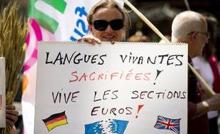 Une manifestation contre la suppression des classes bilangues, en juin 2015 à Paris.
