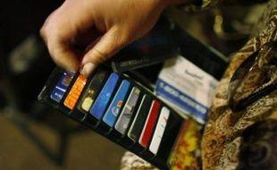 Le gouvernement a modifié son projet de réforme du crédit à la consommation après avoir consulté des associations, et introduit notamment des mesures pour encadrer la distribution de cartes de fidélité, qui ont toutefois été jugées insuffisantes par les associations de consommateurs.