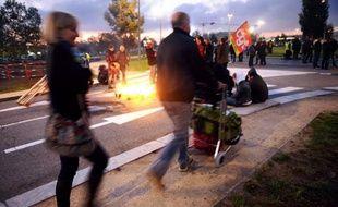 Les accès à plusieurs aéroports, dont ceux de Roissy, Toulouse, Clermont-Ferrand et Nantes, ont été perturbés jeudi par des salariés protestant contre la réforme des retraites, à l'appel de quatre fédérations syndicales des transports.