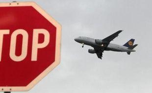 Un avion de la compagnie aérienne allemande Lufthansa atterit le 20 octobre 2014 à l'aéroport de Francfort