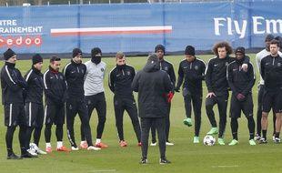 Les joueurs du PSG écoutent Laurent Blanc à l'entraînement à la veille d'affronter Chelsea, le 17 février 2015, au Camp des Loges.