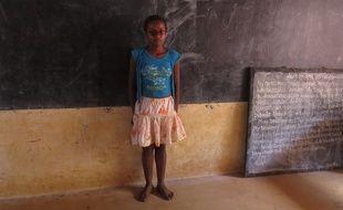 Corine, 12 ans, malvoyante, scolarisée dans une classe inclusive à Madagascar, en novembre 2014.