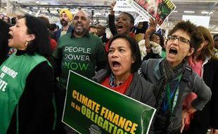Des manifestants défilent devant le Bourget où se tient la COP21 à Paris, le 9 décembre 2015
