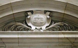 Un relief représentant le blason de la justice et sa balance, au Palais de justice de Paris