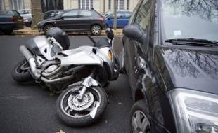 Illustration: un accident de circulation, entre un deux-roues et une voiture.