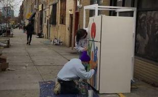 Un frigidaire solidaire est installé à Brooklyn.