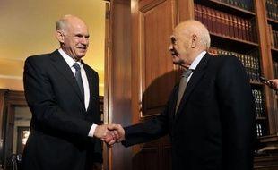 La Grèce est restée samedi engluée dans une crise politique menaçant son maintien dans la zone euro, après le refus du leader de la droite d'oeuvrer à un gouvernement de coalition aux conditions posées par le Premier ministre pourtant prêt à passer la main.