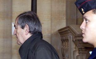 """Face à l'ex-juge Jean-Louis Bruguière, présenté comme son ennemi intime, le """"révolutionnaire"""" Carlos a remisé vendredi ses tirades incendiaires au profit de questions tatillonnes, d'un échange pointu, """"entre professionnels"""", devant la cour d'assises spéciale de Paris."""