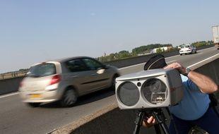 Photo d'illustration d'une opération de contrôle de vitesse par un gendarme.