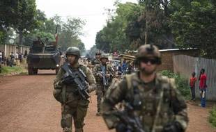 Des troupes françaises patrouillent dans les rues de Galabadja, près de Bangui, le 14 décembre 2013.