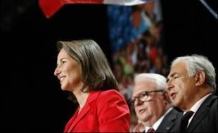 Vêtue d'une robe noire et d'une veste rouge vif, elle avait à ses côtés Dominique Strauss-Kahn et Jacques Delors, des personnalités de la gauche modérée qu'elle a fait monter dans la dernière phase de la campagne pour tenter de rallier l'électorat centriste.