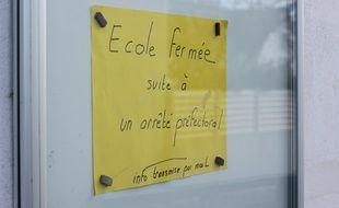 Fermeture d'une école à Crac'h, dans le Morbihan, le 2 mars 2020 après la découverte sur la commune de personnes infectées.