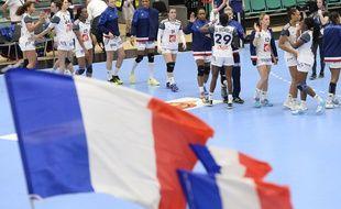 Les joueuses françaises se congratulent après leur victoire contre l'Argentine au Mondial de Handball  le 8 décembre 2015 au Danemark