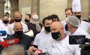 Philippe Etchebest a invité les restaurateurs à faire du bruit à 11 h 45 devant leurs établissements pour protester contre les mesures sanitaires jugées trop strictes les concernant.