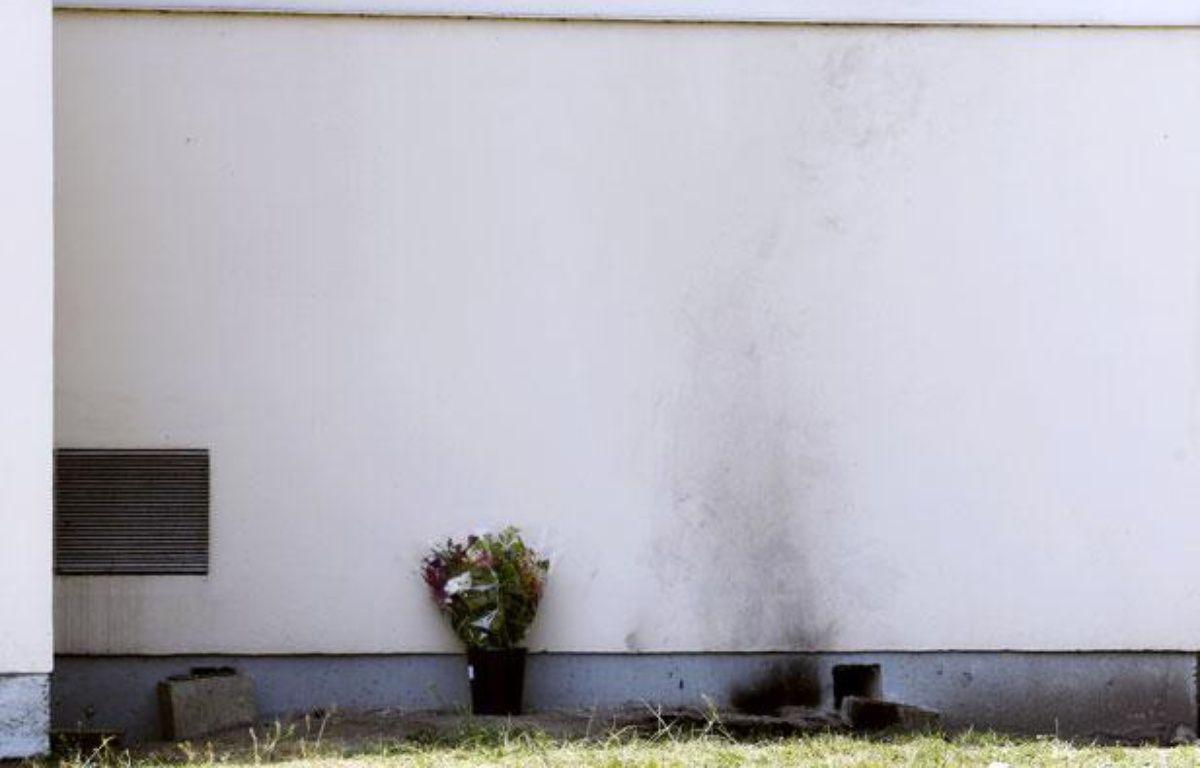 Des traces laissées par l'immolation par le feu d'un salarié de France Telecom-Orange, sur le site de Mérignac, le 26 avril 2011. – AFP PHOTO /PHOTO PATRICK BERNARD