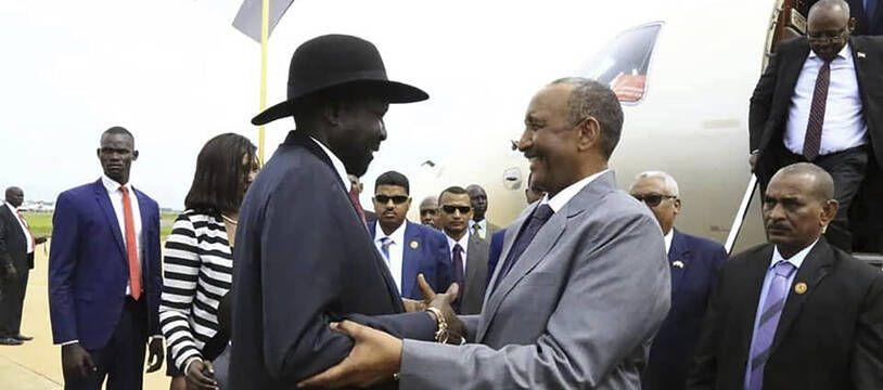 Le président du Sud-Soudan, Salva Kiir (à gauche), accueille le chef du Conseil souverain du Soudan, le général Abdel-Fattah Burhan, à Juba le 14 octobre 2019 pour entamer les pourparlers de paix.