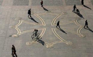 Images d'illustration de la Place du Capitole a Toulouse. Foule et ambiance. Images de la Croix Occitane situee au centre de la place et illustraion des batiments entourant la place.