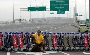 Un manifestant bloque l'accès à l'aéroport de Bangkok, Thaïlande, le 26 novembre 2008.